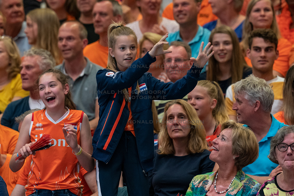 30-05-2019 NED: Volleyball Nations League Netherlands - Poland, Apeldoorn<br /> Young support, orange