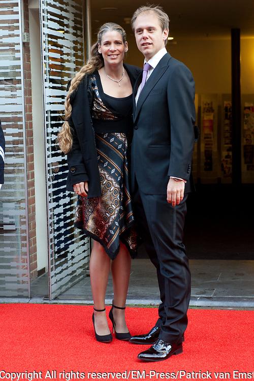 Aankomst koninklijke familie bij het Koningsdagconcert in de Philharmonie Haarlem.<br /> <br /> Arrival royal family at the Koningsdagconcert in the Philharmonie Haarlem.<br /> <br /> op de foto / On the photo: <br /> <br />  Armin van Buuren en zijn partner Erika van Thiel