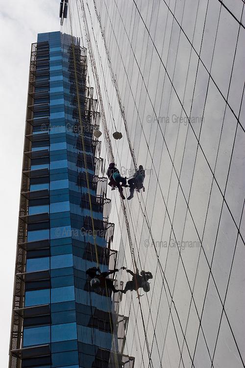 Mexico City, Santa Fe: workmen cleaning a skyscraper. Mexico city, Santa Fe: Lavavetri puliscono un grattacielo