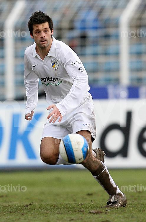 Jena , 110207 , Saison 2006/2007 ; Fussball 2.Bundesliga FC Carl Zeiss Jena - Rot Weiss Essen  Filip TAPALOVIC (Jena) am Ball