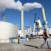 Nederland, Amsterdam , 30 september 2013.<br /> fabriek haalt fosfaat uit Amsterdams rioolwater.<br /> Urine en poep duurzaam hergebruikt Het rioolwater in Amsterdam bevat fosfaat, een kostbare en schaarse meststof. In opdracht van het Waterschap Amstel, Gooi en Vecht gaat Waternet grootschalig fosfaat terugwinnen uit het rioolwater. Dit levert een jaarlijkse kostenbesparing van 400.000 euro op. Met het fosfaat uit het Amsterdamse afvalwater kunnen jaarlijks 10.000 voetbalvelden worden bemest. Met een speciaal innamepunt kan er ook pure urine worden ingezameld van poppodia en evenementen met waterloze urinoirs. Voor het einde van dit jaar zal de nieuwe fabriek draaien. Het wordt daarmee de grootste fosfaatfabriek in Nederland en een van de grootste fabrieken in Europa. <br /> Vandaag werden drie grote reactoren van de nieuwe fabriek op het terrein van de rioolzuivering in het Westelijk Havengebied van Amsterdam gehesen. Met een 46 meter hoge hijskraan worden de reactoren verplaatst. De grootste reactor is 17 meter hoog en 8 meter breed. <br /> <br /> Foto:Jean-Pierre Jans
