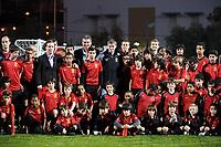 Fotball<br /> Foto: imago/Digitalsport<br /> NORWAY ONLY<br /> <br /> 13.02.2009 <br /> Ole Gunnar Solskjær (Norwegen, Mittte) und Carlos Queiroz (Portugal, li. daneben) mit Nachwuchsfussballern der Manchester United Soccer Schools in der Talentschmiede Football by Carlos Queiroz in Lissabon