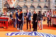 DEN HAAG, 27-04-2021, Paleis Noordeinde<br /> <br /> Vanaf het terrein van Paleis Noordeinde sluiten The Streamers Koningsdag feestelijk af. Op het binnenplein van het Koninklijk Staldepartement geven The Streamers het tweede concert van hun 'Holland Tour'. Foto: Brunopress/Patrick van Emst<br /> <br /> King Willem-Alexander, Queen Maxima with their daughters Princess Amalia, Princess Alexia and Princess Ariane during King's Day 2021<br /> <br /> Op de foto: Koning Willem-Alexander, Koningin Maxima met  Nick & Simon