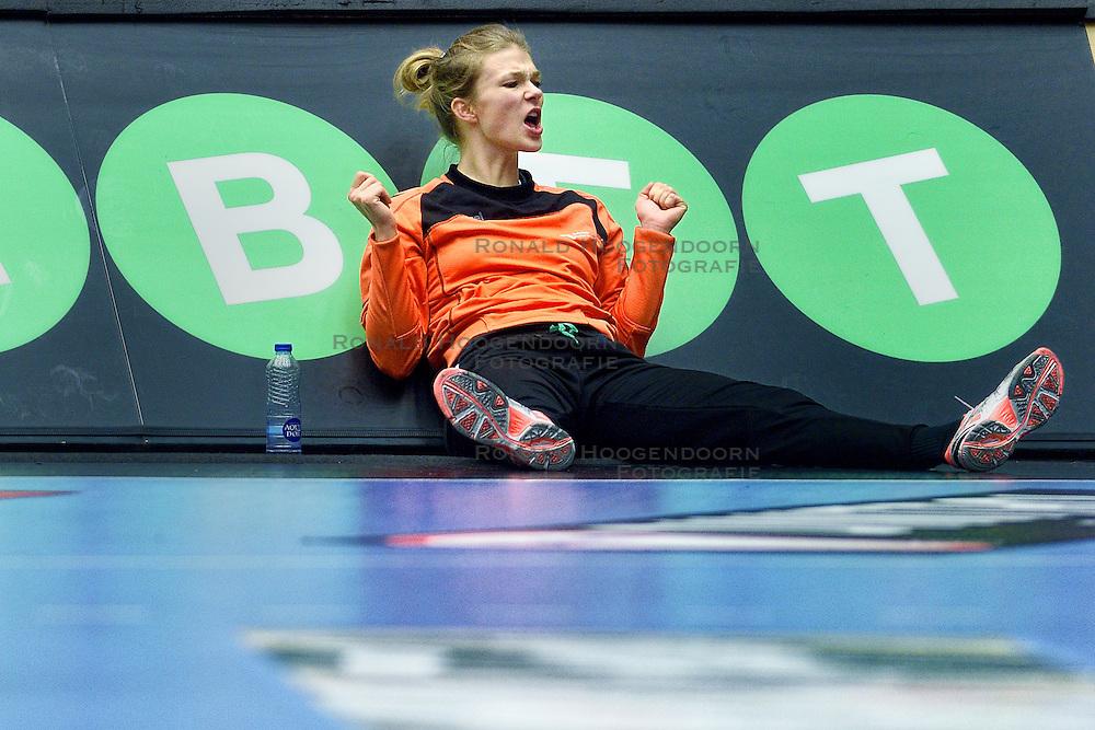 19-12-2015 DEN: World Championships Handball 2015 Training Oranje, Herning<br /> Na een rustige training werd er een persmoment gehouden / Tess Wester #33