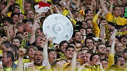 30-04-2011 VOETBAL: BORISSIA DORTMUND - FC NURNBERG: DORTMUND<br /> Dortmund-Fans jubeln mit Meisterschale<br /> ***NETHERLANDS ONLY***<br /> ©2011- FotoHoogendoorn.nl/nph-Scholz