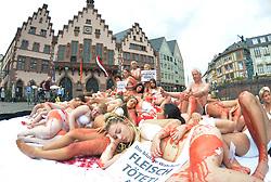 Fleisch ist Mord: PETA-Protest auf dem Frankfurter Rˆmer / 160916 ***<br /> Peta Protest, als lebender Fleischberg am 16. September 2016, auf dem Rˆmerberg in Frankfurt.<br /> Animal rights organization PETA protesting at Romer square in Frankfurt, Germany, September 16, 2016 ***