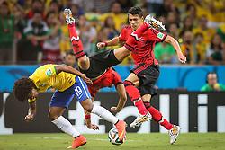 Willian Borges da Silva disputa bola em lance da partida contra o México em partida válida pela segunda rodada do grupo A da Copa do Mundo 2014. FOTO: Jefferson Bernardes/ Agência Preview