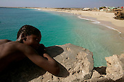 A Praia da Vila é a mais acessível da Ilha do Maio. Durante todo o dia podem-se ver crianças mergulhando nas suas àguas côr de esmeralda.