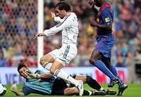 Fotball<br /> Spania 2007<br /> 22.10.2006<br /> Real Madrid v Barcelona<br /> Foto: Miguelez/Digitalsport<br /> NORWAY ONLY<br /> <br /> Ruud van Nistelrooy (Real Madrid, Mitte) scheitert an Torwart Victor Valdes (li.) und Lilian Thuram (beide FC Barcelona)
