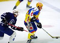 Ishockey, eliteserien 11. oktober 2001. Furuset - Storhamar 0-6. Ole Eskil Dahlstrøm (10), Storhamar, jagesav  nr 33. Niclas Axtelius, Furuset.