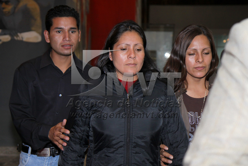 TOLUCA, México.- Después de permanecer más de 12 horas  declarando en las instalaciones de la PGJEM,  las hermanas Erika y Martha Casimiro salieron de procuraduría sin dar declaración alguna, sus abogados omitieron comentarios. Agencia MVT / Crisanta Espinosa. (DIGITAL)