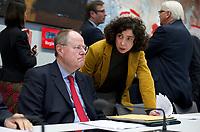 DEU, Deutschland, Germany, Berlin, 27.11.2012: Kanzlerkandidat Peer Steinbrück (SPD) (L) und seine Büroleiterin Sonja Stötzel (R) unterhalten sich vor Beginn einer Fraktionssitzung im Deutschen Bundestag.