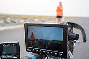 De VeloX V wordt klaar gemaakt voor de test. Het team test de VeloX V in de woestijn. Het Human Power Team Delft en Amsterdam (HPT), dat bestaat uit studenten van de TU Delft en de VU Amsterdam, is in Amerika om te proberen het record snelfietsen te verbreken. Momenteel zijn zij recordhouder, in 2013 reed Sebastiaan Bowier 133,78 km/h in de VeloX3. In Battle Mountain (Nevada) wordt ieder jaar de World Human Powered Speed Challenge gehouden. Tijdens deze wedstrijd wordt geprobeerd zo hard mogelijk te fietsen op pure menskracht. Ze halen snelheden tot 133 km/h. De deelnemers bestaan zowel uit teams van universiteiten als uit hobbyisten. Met de gestroomlijnde fietsen willen ze laten zien wat mogelijk is met menskracht. De speciale ligfietsen kunnen gezien worden als de Formule 1 van het fietsen. De kennis die wordt opgedaan wordt ook gebruikt om duurzaam vervoer verder te ontwikkelen.<br /> <br /> The VeloX V is prepared for the test. The team tests the VeloX V. The Human Power Team Delft and Amsterdam, a team by students of the TU Delft and the VU Amsterdam, is in America to set a new  world record speed cycling. I 2013 the team broke the record, Sebastiaan Bowier rode 133,78 km/h (83,13 mph) with the VeloX3. In Battle Mountain (Nevada) each year the World Human Powered Speed Challenge is held. During this race they try to ride on pure manpower as hard as possible. Speeds up to 133 km/h are reached. The participants consist of both teams from universities and from hobbyists. With the sleek bikes they want to show what is possible with human power. The special recumbent bicycles can be seen as the Formula 1 of the bicycle. The knowledge gained is also used to develop sustainable transport.