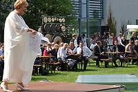 """11 AUG 2002, BERLIN/GERMANY:<br /> Gerhard Schroeder (M), SPD, Bundeskanzler, waehrend einer Performance der Kuenstlergruppe phase7 """"Strange Particles Evolution"""", waehrend einem Kuenstlerbrunch, Garten, Bundeskanzleramt<br /> IMAGE: 20020811-01-017<br /> KEYWORDS: Gerhard Schröder, Künstlerbrunch"""