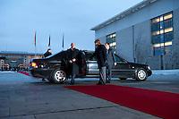 16 JAN 2009, BERLIN/GERMANY:<br /> Wladimir Putin, Ministerpraesident Russland, steigt aus seiner Limousine, Empfang mit militaerischen Ehren, Ehrenhof, Bundeskanzleramt<br /> IMAGE: 20090116-01-003<br /> KEYWORDS: Vladimir Putin, Auto, Wagen, KFZ