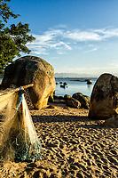 Rede de pesca secando ao sol na Praia de Santo Antonio de Lisboa. Florianópolis, Santa Catarina, Brasil. / Fishing net drying in the sun at Santo Antonio de Lisboa Beach. Florianopolis, Santa Catarina, Brazil.