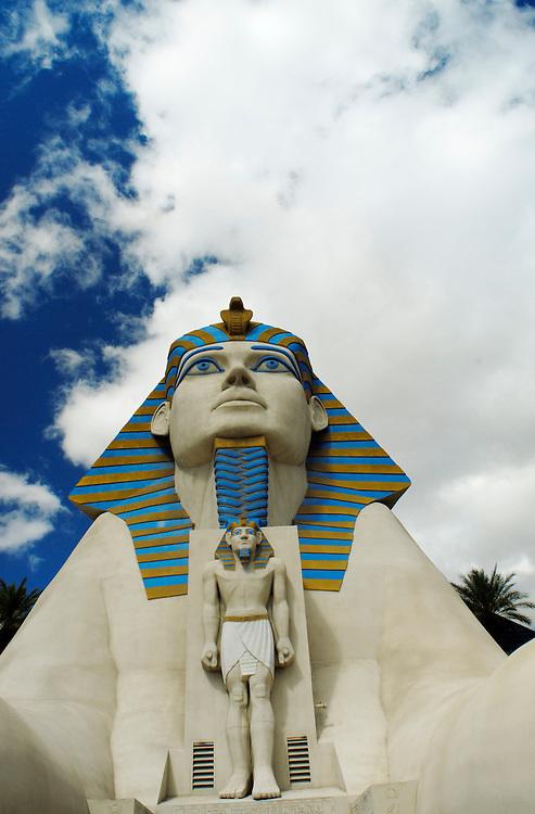 USA, Nevada, Las Vegas, Nachahmung alter pharaoischer ägyptischer Kultur als Eingang zum Hotel Luxor in Las Vegas  USA, Nevada, Las Vegas, A replica  sculpture of the ancient egyptian culture in front of the hotel LUXOR in Las Vegas at Las Vegas Boulevard - called the Strip