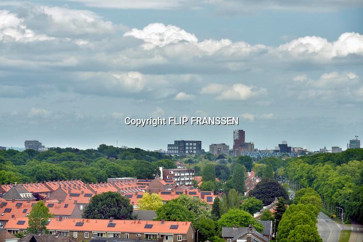 Nederland, Nijmegen, 26-9-2018 De volksbuurt Kolpingwijk is ingrijpend gerenoveerd . Enkele woonblokken zijn gesloopt en er wordt sociale nieuwbouw voor in de plaats gebouwd . Slopen,vernieuwen . De huizen krijgen o.a. nieuwe kozijnen, dakpannen en zonnepanelen . Het zijn veel sociale huurwoningen .