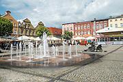 Kościerzyna (woj. pomorskie), 11.07.2016. Fontanna na rynku w Kościerzynie.