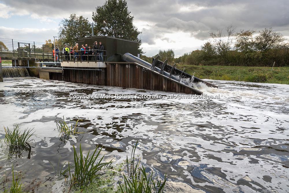 Nederland,  Sint Michielsgestel, Jan Taks bij de Vijzel in de Dommel. foto vijzel met de mensen van de OR van Het waterschap