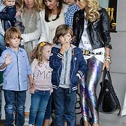 NLD/Amsterdam/20120604 - Vertrek Nederlands Elftal voor EK 2012, Sylvie van der Vaart - Meis en zoon Damian, Charlotte - Sophie Heitinga - Zenden