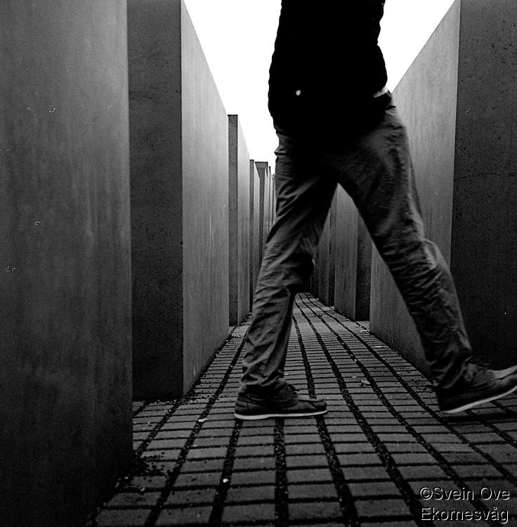En person spaserer forbi ved et minnesmerke i Øst Berlin.<br /> <br /> Berlin street photography 2010. Gatefotografi fra Berlin i 2010.<br /> <br /> Foto: Svein Ove Ekornesvåg