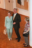 "19 JUN 1999 - COLOGNE, GERMANY:<br /> Bill Clinton (M), Präsident USA, und seine Ehefrau Hillary Clinton (L), und eine hyperrealistische Plastik "" Frau mit Umhängetasche"" von Duane Hanson in der Philharmonie Köln während dem G8 Wirtschaftgipfel<br /> Bill Clinton (M), President USA, and his wife Hillary Clinton and a hyperrealistic plastic ""Woman with a purse"" by Duane Hanson, in the Philharmonie Colonge during the G8 Economic Summit <br /> IMAGE: 19990619-01/05-21"