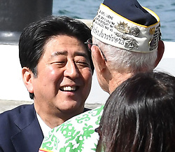 "US-Präsident Barack Obama und Japans Premier Shinzo Abe beim Gedenken an die Opfer des japanischen Angriffs auf Pearl Harbor vor 75 Jahren / 271216<br /> <br /> <br /> <br /> ***After giving a speech at Pearl Harbor in Hawaii on Dec. 27, 2016, Japanese Prime Minister Shinzo Abe talks to a U.S. veteran who survived the Japanese attack there in 1941. In the speech, Abe offered his ""sincere and everlasting condolences"" for those who died in the attack.***"