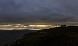 THEMENBILD - Wanderer die ihr Zelt zur Übernachtung auf einer Klippe nahe des Neist Points aufschlagen, Isle of Skye, Schottland, aufgenommen am 09. Juni 2015 // backpackers set up their tent for the night on a cliff near the Neist Point, Glendale, Scotland on 2015/06/09. EXPA Pictures © 2015, PhotoCredit: EXPA/ JFK
