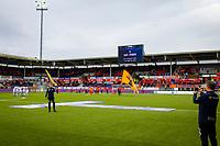 1. divisjon fotball 2018: Aalesund - Mjøndalen. Espen Oksavik synger hymnen før førstedivisjonskampen i fotball mellom Aalesund og Mjøndalen på Color Line Stadion.