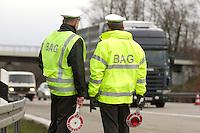 03 JAN 2005, LUDWIGSFELDE/GERMANY:<br /> Beamte des Bundesamtes fuer Gueterverkehr, waehrend einer Mautkontrolle, Parkplatz Fresdorfer Heide<br /> IMAGE: 20050103-01-028<br /> KEYWORDS: Bundesamt für Güterverkehr, LKW Maut, Kontroleur<br /> BAG