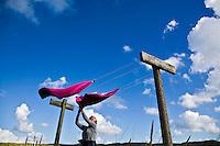 VLIELAND - (model released!)  De Was te drogen ophangen aan de waslijn op vlielandANP.  COPYRIGHT KOEN SUYK