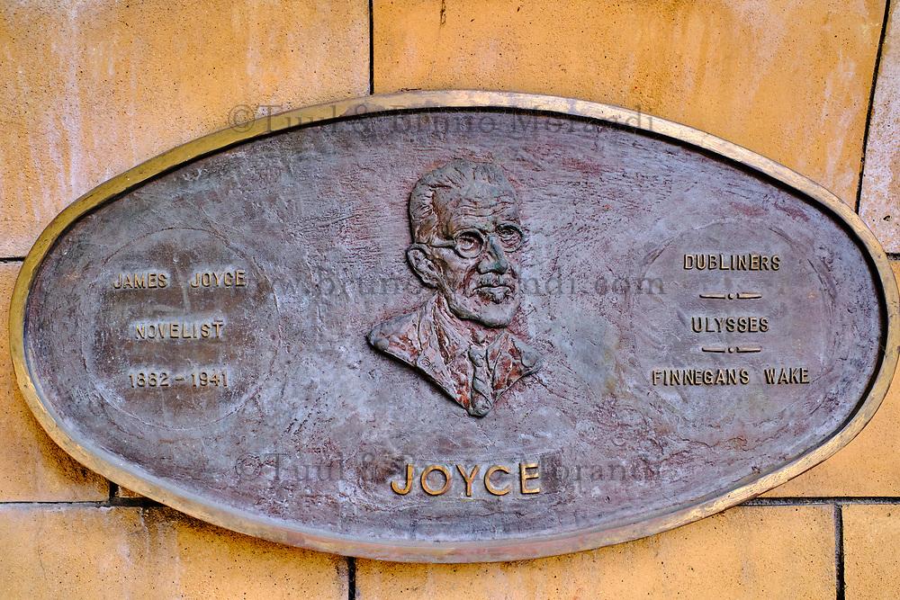 République d'Irlande, Dublin, plaque commemorative des grands écrivains irlandais dans les jardins de la cathedrale Saint Patrick, Joyce // Republic of Ireland; Dublin, famous irish writer memorial in Garden of St Patrick's Cathedral, Joyce