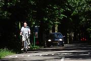 In de omgeving van Lage Vuursche rijdt een man op een elektrische fiets.<br /> <br /> Near Lage Vuursche people a man is riding on an e-bike.