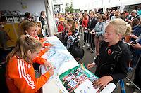 Rotterdam - Internationals Xan de Waard, Maria Verschoor en Valerie Magis  signeren voor het Jeugd Sport Fonds tijdens de Rabobank World Hockey League. Foto KOEN SUYK
