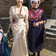 NLD/Den Haag/20170919 - Prinsjesdag 2017, Victoria Koblenko met dames in Staphorster klederdracht