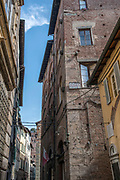 Italy, Tuscany, Lucca, narrow alleyway in the Old Town