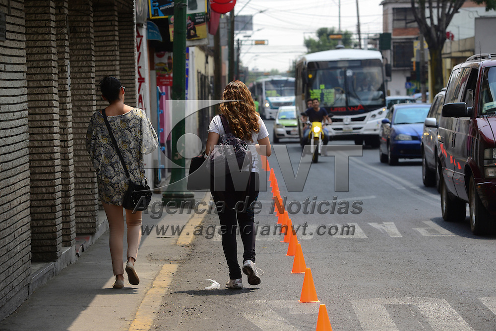 Toluca, México (Abril 19, 2016).- En el marco del Día Mundial de la Bicicleta fue instalada un carril para bicicletas provisional en la avenida Sebastián Lerdo de Tejada, en donde se buscaba exponer la mala planeación que se tiene en la ciudad, y que es lo que se podría implementar para la puesta en marcha de la Ecozona.  Agencia MVT / Crisanta Espinosa