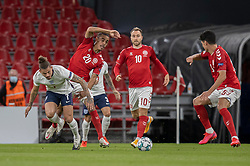 Kalvin Phillips (England) og Yussuf Poulsen (Danmark) under UEFA Nations League kampen mellem Danmark og England den 8. september 2020 i Parken, København (Foto: Claus Birch).