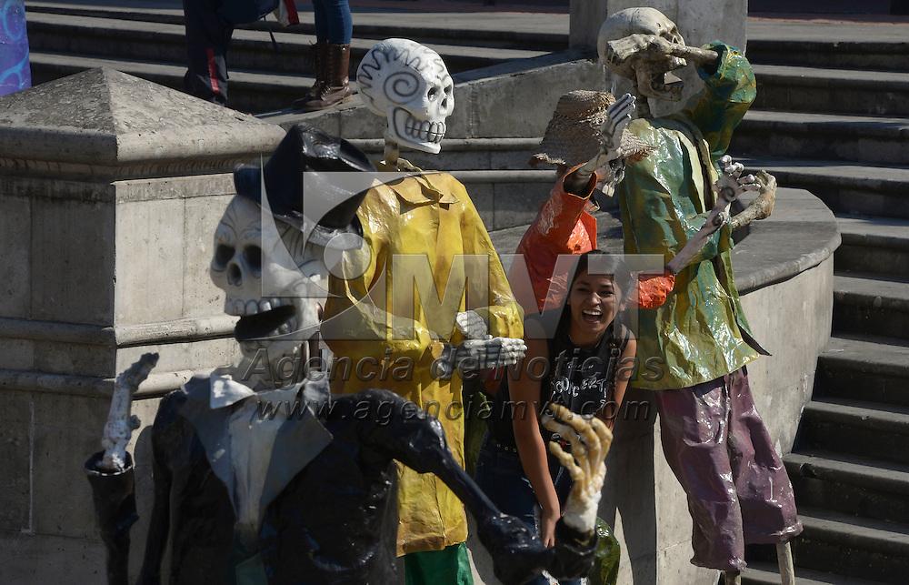 Toluca, México (Octubre 19, 2016).- VA unos días de celebrarse el Día de Muertos en la Plaza González Arratia fueron instaladas figuras de papel mache de varios oficios representadas en calaveras, aquellos que pasan por el lugar no pierden la oportunidad para tomarse la foto del recuerdo.  Agencia MVT / Crisanta Espinosa.