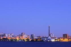 Cidade de Porto Alegre com a Usina do Gasometro e o Armazem do Porto visto a partir da Ilha da Pintada. FOTO:Jefferson Bernardes/preview.com