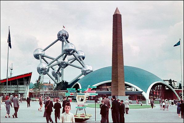België, Brussel, 1-8-1958..wereldtentoonstelling met het Atomium...Het jonge gezin Franssen als bezoekers...De amateur fotograaf is de vader van HH fotograaf Flip Franssen. ..Foto: P. Franssen/Hollandse Hoogte