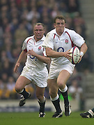 Twickenham, England, Autumn International. RFU Twickenham Stadium<br /> 16/11/2002<br /> International Rugby - England vs Australia.<br /> Mike Tindall with ball and supported by Neil Back.         [Mandatory Credit:Peter SPURRIER/Intersport Images]