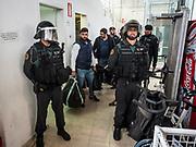 La guardia civile a saisie une urne et des documents dans  le gymnase ou se situe le bureau de vote de St Julia de Ramis , c'est ici que doit voter le president Carles Puigdemont