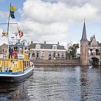 Sneek<br /> <br /> Op zaterdag 23 april draait alles rond de Waterpoort, waar anders, om de watersport. Van 10.00 tot 17.00 uur kunt met vele facetten van de watersport kennis maken tijdens de Friese boten Opstapdag in de kolk van de Waterpoort<br />  <br /> De Boten Opstapdag wordt georganiseerd door watersportboulevard 't Ges in samenwerking met varen in Friesland.<br />  <br /> Er wordt een botenshow gehouden en is er een nautische markt plaats bij de Stadsherberg aan de Lemmerweg. Er liggen roeiboten, sloepen, electro- en motorboten klaar om te bekijken en te proberen en worden er supyoga gehouden.