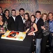 NLD/Amsterdam/20080221 - Perspresentatie Les Misérables, taart aansnijden door cast,