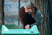Spanje, Barcelona, 10-1-2004..Jong stel kust, zoent elkaar. Verliefdheid, relatie, kussen, zoenen, jongeren, sex, toekomst...Foto: Flip Franssen