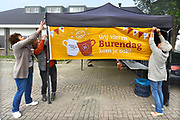 Nederland, Deest, 23-9-2017Burendag in dit dorp in Maas en Waal. Het pas gerenoveerde dorpshuis, gemeenschapshuis, krijgt perkjes met mooie planten.Foto: Flip Franssen