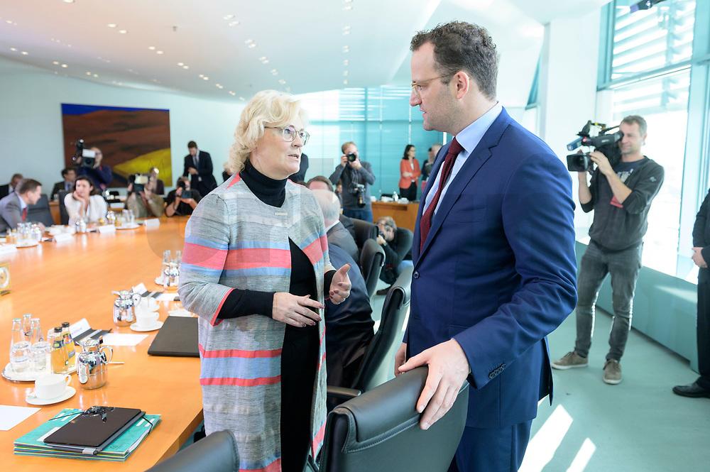 09 OCT 2019, BERLIN/GERMANY:<br /> Christine Lambrecht (L), SPD, Bundesjustizministerin, und Jens Spahn (R), CDU, Bundesgesundheitsminister, im Gespraech, vor Beginn der Kabinettsitzung, Bundeskanzöeramt<br /> IMAGE: 20191009-01-011<br /> KEYWORDS: Sitzung, Kabinett, Gespräch