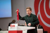 DEU, Deutschland, Germany, Berlin, 06.12.2019: Der Juso-Bundesvorsitzende Kevin Kühnert mit einer roten Socke in der Hand beim Bundesparteitag der SPD im CityCube. Kühnert wurde auf dem Parteitag zu einem der stellvertretenden SPD-Parteivorsitzenden gewählt.